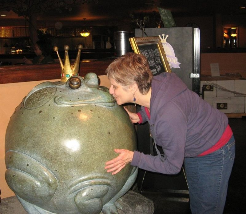 Fairfield California Big Blue Frog A kiss for the prince Credit Barbara Steinberg 2009